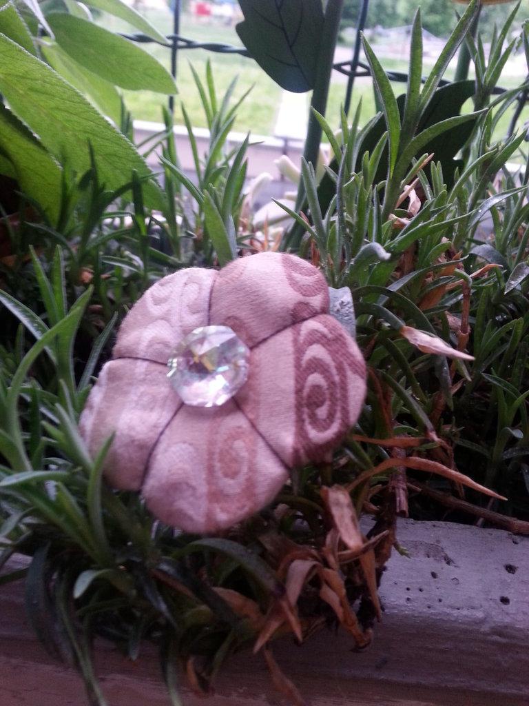 Spilla fiore Ume chiara centro cristallo