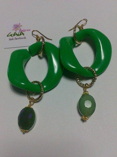 Orecchini con maglia in resina verde e ovale in acrilico tono su tono