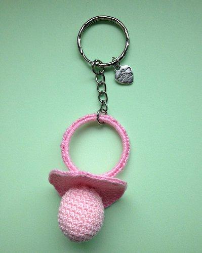 Portachiavi con ciuccio rosa amigurumi per la mamma di una bimba, fatto a mano all'uncinetto