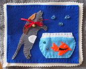 Quando il gatto non c'è i pesci ballano!Feltro.Vignetta fatta a mano.Decorata con perline ,fiocco e campanello