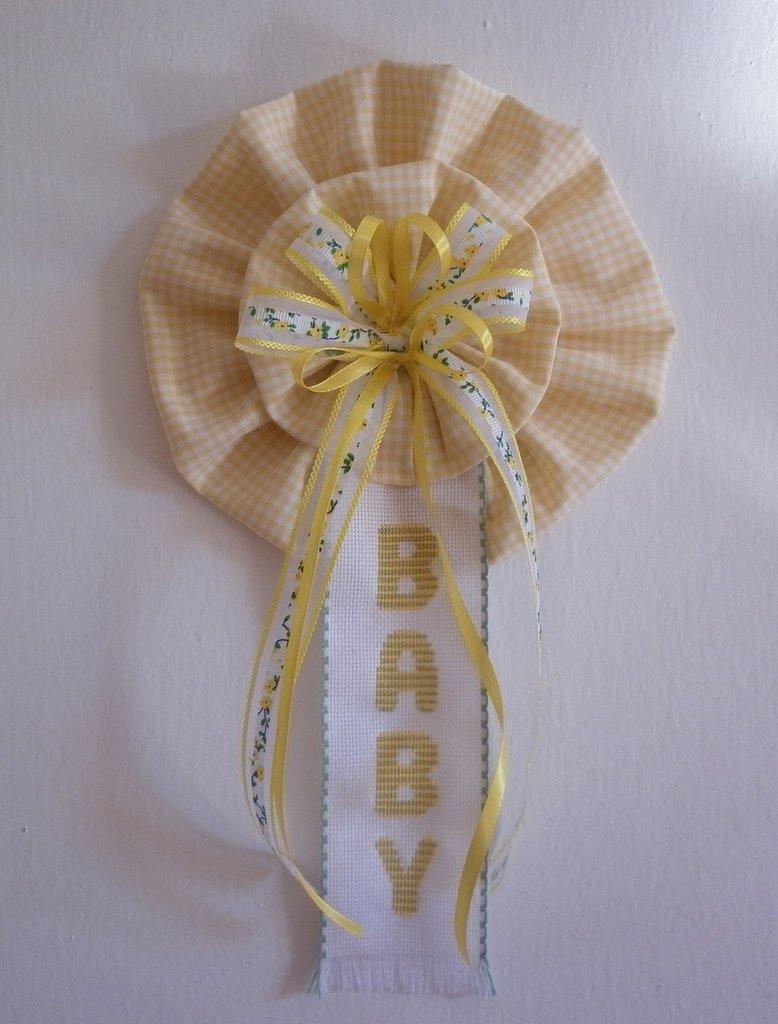 Fiocco nascita coccarda giallo e verde con ricamo a punto croce baby, bambino bambina, decorazione cameretta