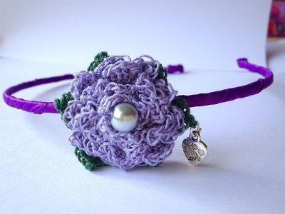 Cerchietto per capelli con raso viola e fiore lilla all'uncinetto, fatto a mano