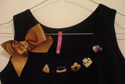 T-shirt gioiello con bottoni decorativi e fiocchi