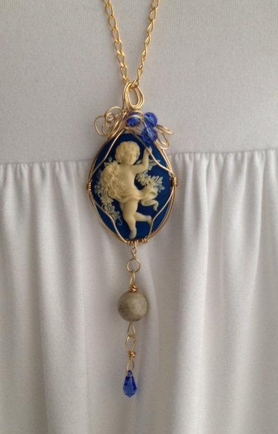 Collana Angel con cammeo in resina blu  e swarovski