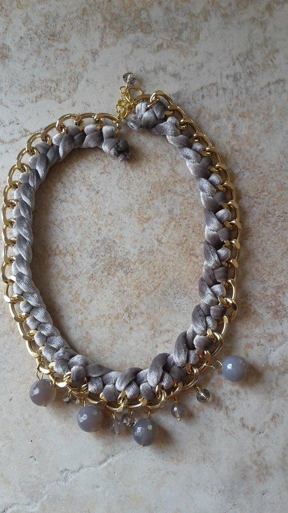 Collier con filo in velluto grigio intrecciato ad una catena in alluminio oro con agate abbinate