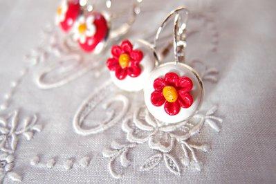 Orecchini pendenti  fiore rosso ,  fiore bianco. Gioielli, orecchini  fatti a mano da brice&mice