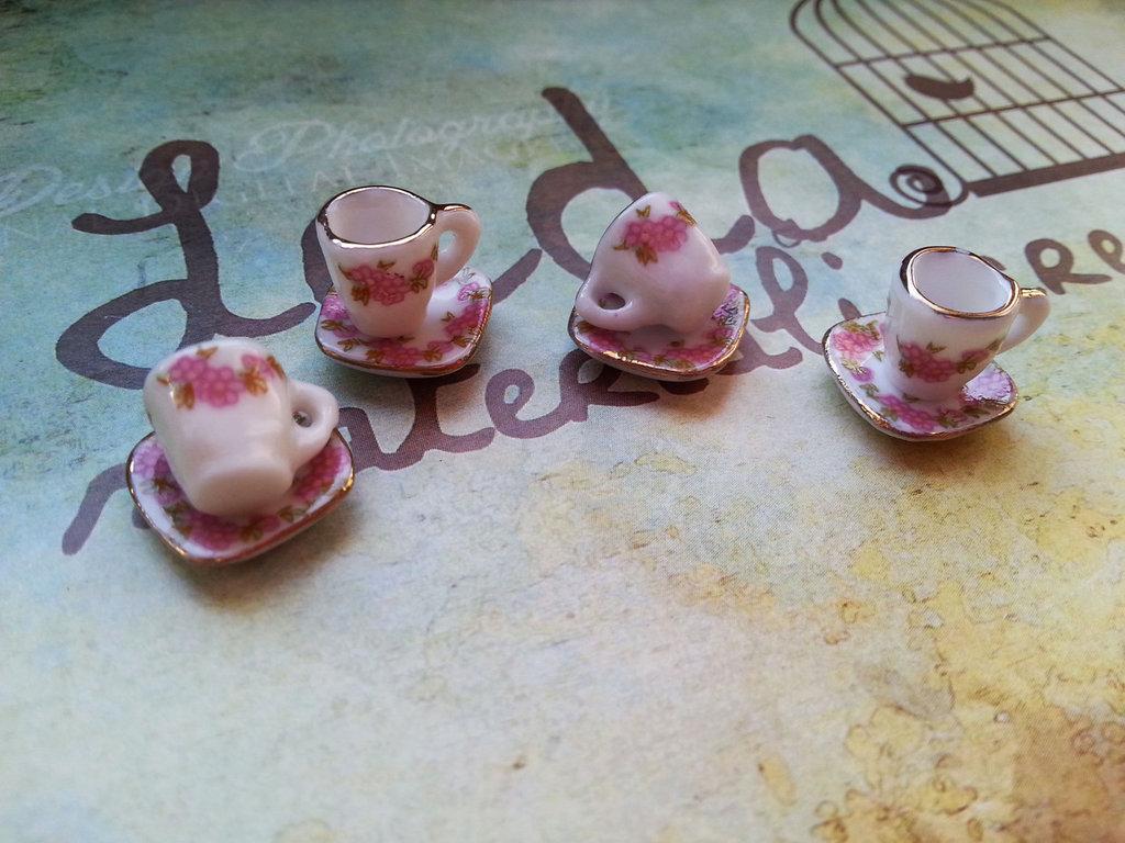 Tazzina e piattino in miniatura dipinti a mano