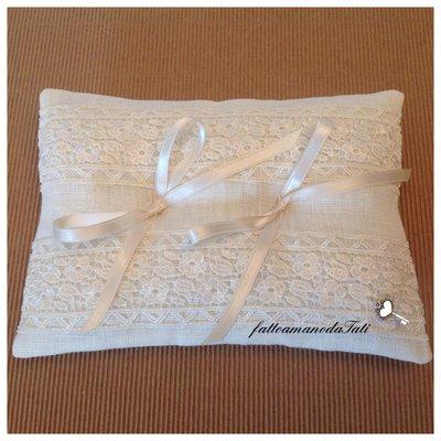 Cuscino per le fedi in lino bianco con prezioso pizzo macramè (a)