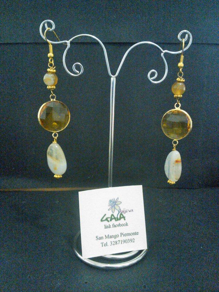 Orecchini beige e oro con elemento centrale in cristallo