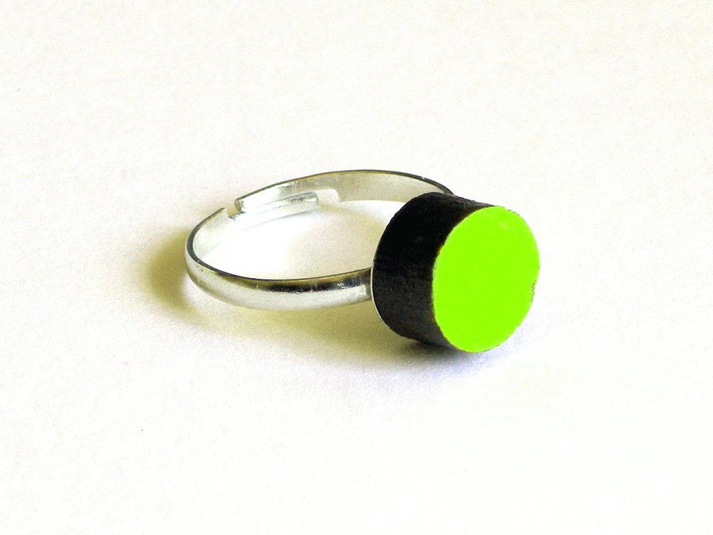 Koci, anello solitario in legno colorato fatto a mano