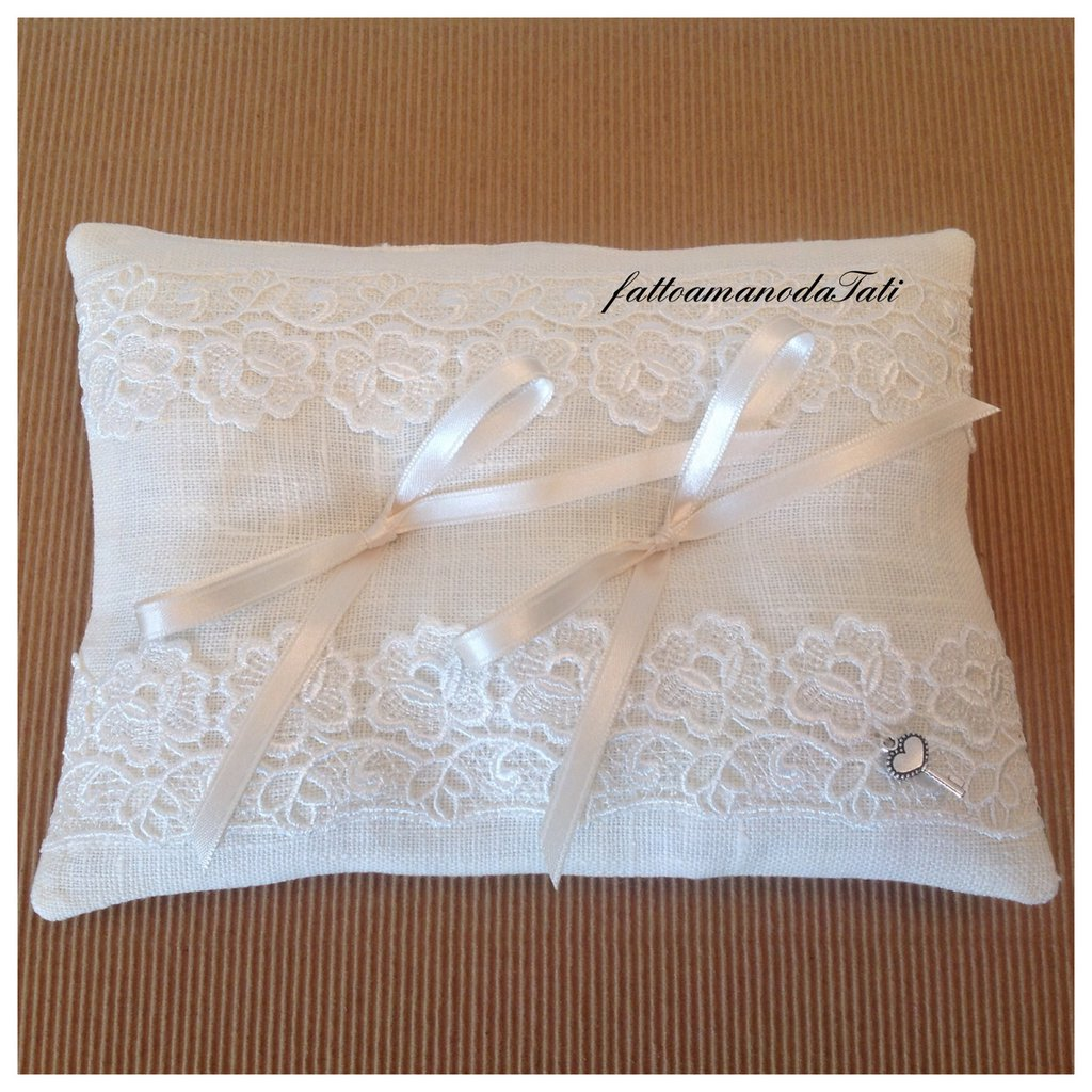 Cuscino per le fedi in lino bianco con pizzo macramè  (c)
