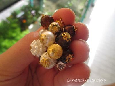 Anello a grappolo con perline e pietroline colorate
