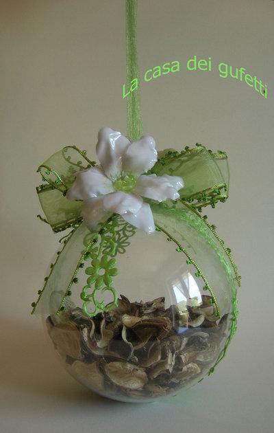 Sfera decorata con fiori bianchi e verdi realizzati con la tecnica del sospeso trasparente e nastri in organza
