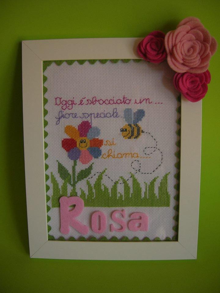 Quadro nascita ricamato a punto croce con margherita ed ape con rose in feltro rosa