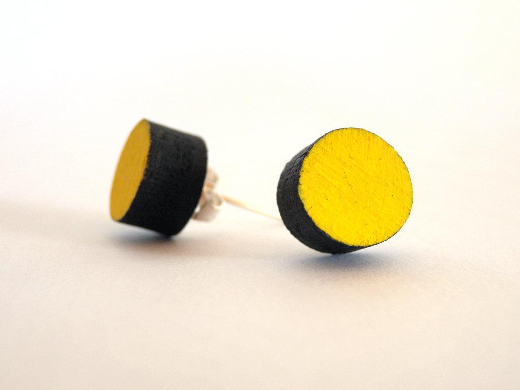Koci, orecchini a perno colorati in legno fatti a mano