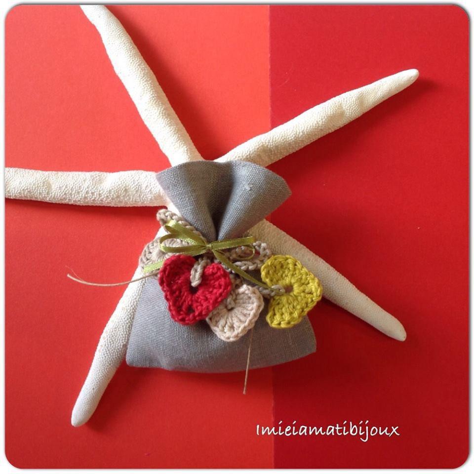 Sacchetto porta confetti con segnalibro all'uncinetto