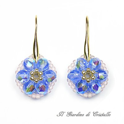 Orecchini pendenti con fiore in mezzo cristallo zaffiro chiaro fatti a mano – Fiordaliso