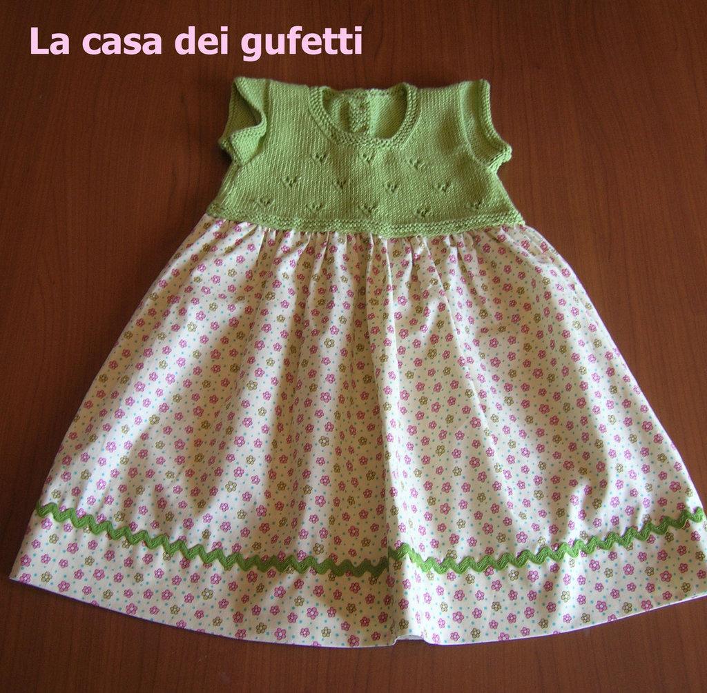 Abitino con corpino in filo verde e gonnellina in cotone a fantasia a fiorellini realizzato a mano