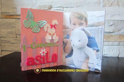 """Portafoto da appoggio """"Primo giorno d'asilo"""" bambina in plexiglass decorato"""