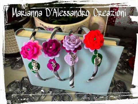 Cerchietto in tessuto con rose in feltro e ciondolo gufo, foglia o chiave in metallo
