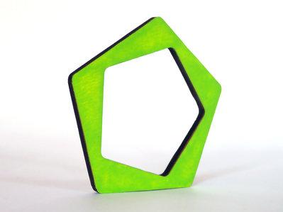 Riny, bracciale geometrico in legno versione pentagono personalizzabile in 6 colori