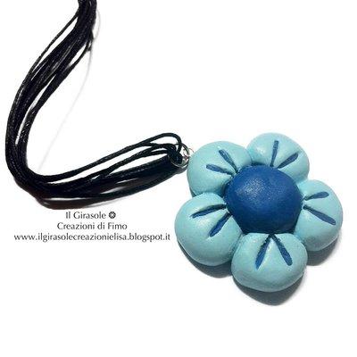 Collana lunga con fiore blu in fimo con filo di cotone cerato nero