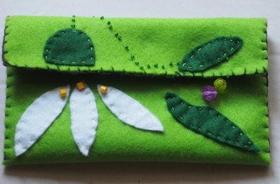 Pochette portatutto.Feltro.fatta a mano.Ricamata-Applicazione di fiore campanellino di primavera,perle,perline