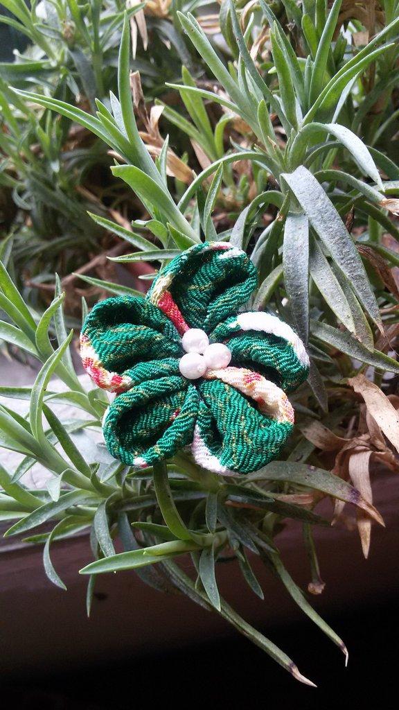 Spilla fiore Ume in chirimen verde