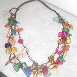 Collana multifili con ciondoli in legno colorati
