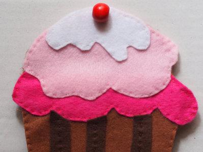 Porta block notes.Cupcake in FELTRO.Custodia per piccoli oggetti.Fatto a mano.Ricamato-Applicata grande perla in legno.Block notes fornito