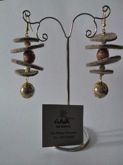 Orecchini in feltro marrone con palline in agata e ceramica