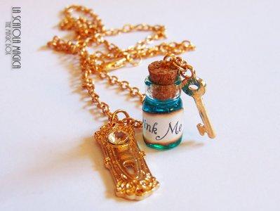 """Collana Alice nel Paese delle Meraviglie - Bottiglietta """"Bevimi"""" con chiave e serratura"""