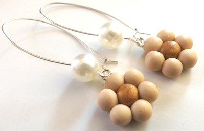 Orecchini con perla cerata color crema e fiori in fimo idea regalo per lei