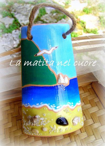 """Tegola di terracotta dipinta con il M.te Conero gli scogli """"Due Sorelle"""" il mare la spiaggia con """"mosciolo"""" conchiglie e sabbia"""