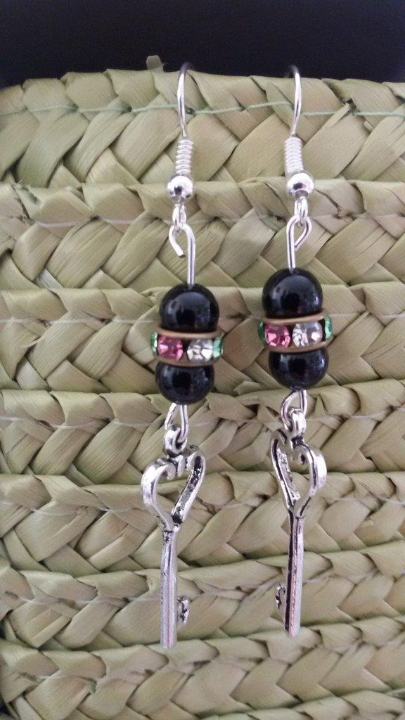 Orecchini pendenti con ciondolo a forma di chiave e perline nere