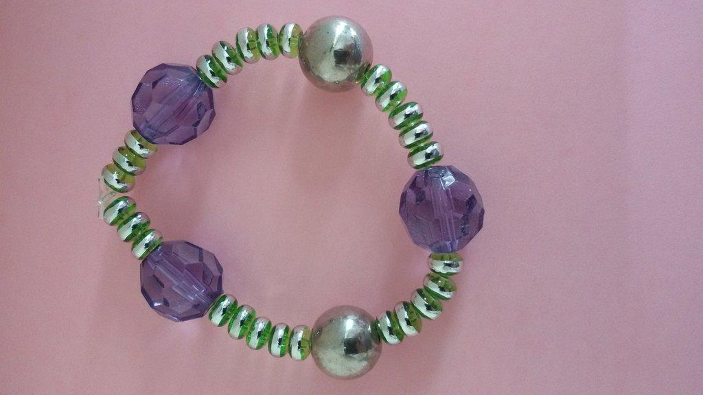 Bracciale con perline di vetro verde e bordo argentato e perline viola e metallo