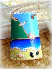"""Tegola di terracotta dipinta con il M.te Conero gli scogli """"Due Sorelle"""" il mare la spiaggia con """"moscioli"""" conchiglie e sabbia"""