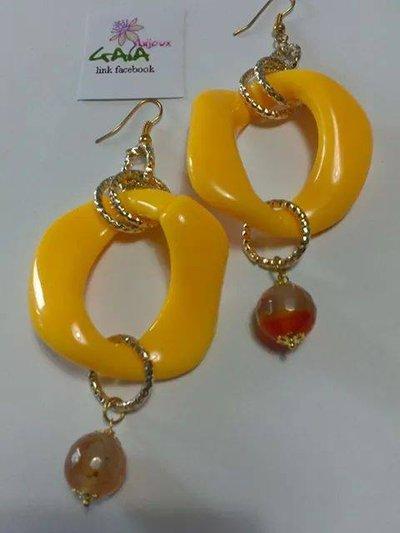 Orecchini con maglia in resina gialla e pallina in agata arancione variegata