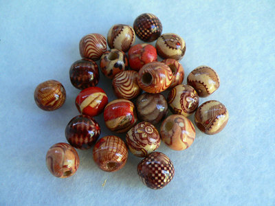Perle in legno decorate.