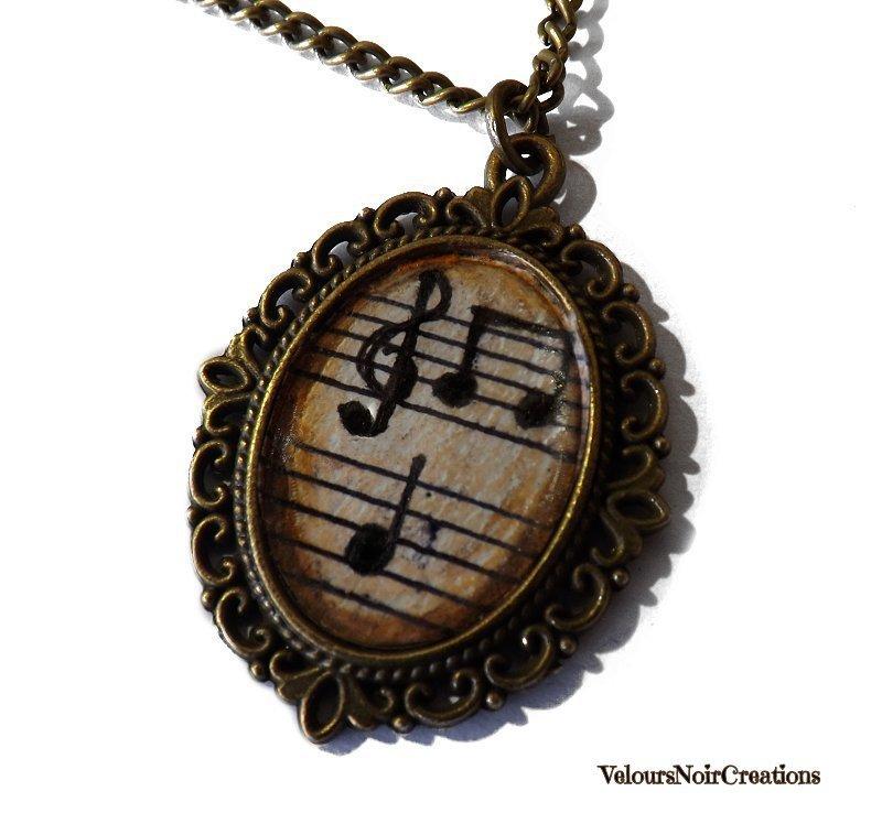 Collana in bronzo con cammeo spartito chiave di violino e note disegnate a mano