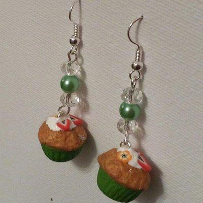 Orecchini pendenti con cupcake in fimo e perline verdi