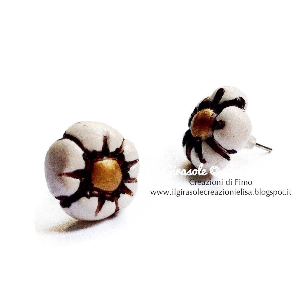 Orecchini fiore antico in fimo dipinto a mano a perno