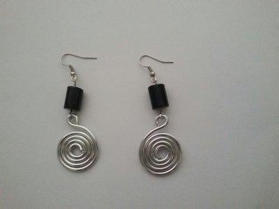 Orecchini wire con pietra nera