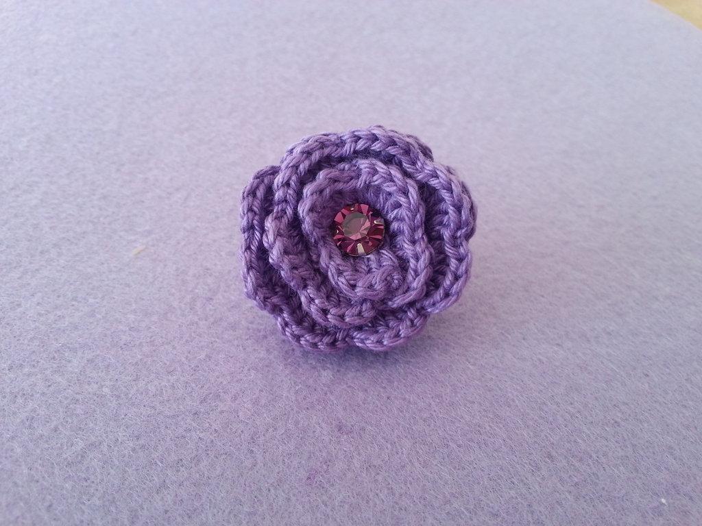 anello con rosa all'uncinetto e base in filigrana