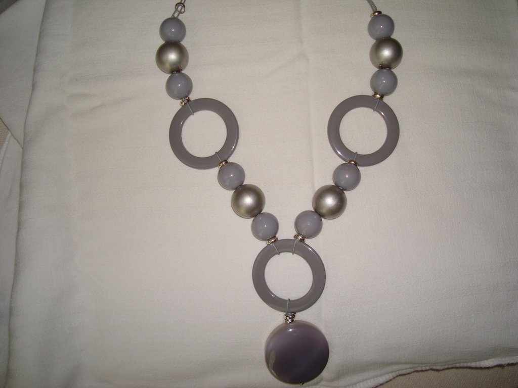 Collana grigia e platino