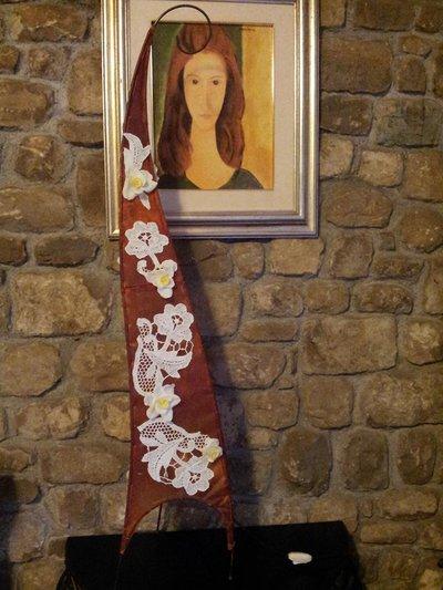 Lampada etnica con applicazioni di pizzo e fiori in pasta di mais