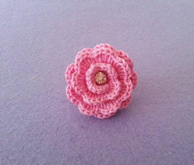 Anello con rosa all' uncinetto