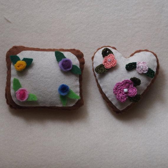 Biscotti glassati in feltro.Decorati con rose e fiori all'uncinetto con perline.Fatti a mano.2 Biscotti (forma:cuore e rettangolare).