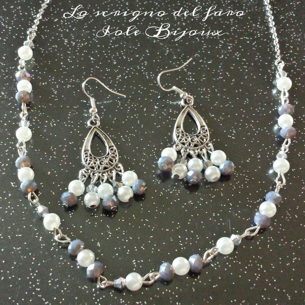 Collana con cristalli color grigio cangiante e perline bianche e orecchini abbinati