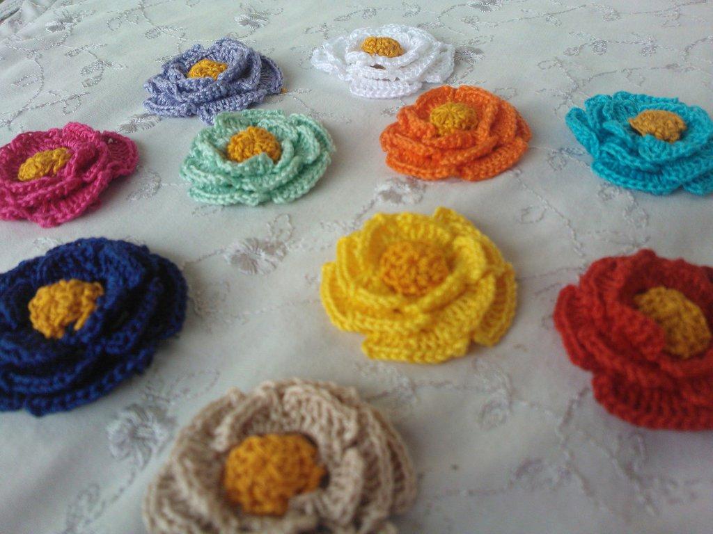 Gruppo di fiorellini e farfalline.
